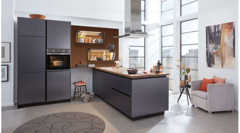 Elegante Inselküche Corali von Wert Küche mit Front in Lacklaminat, Titan Metallic