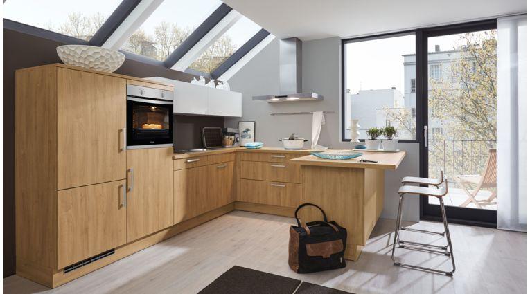 Moderne U-Küche Barbara von Wert Küche mit Front in Matt, Asteiche Nachbildung und Hänger in Kristallweiß