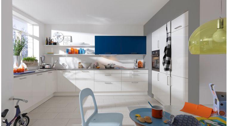 Praktische L-Küche Fiona von Wert Küche mit Front in Lack Hochglanz, Brilliantweiss und Aquablau