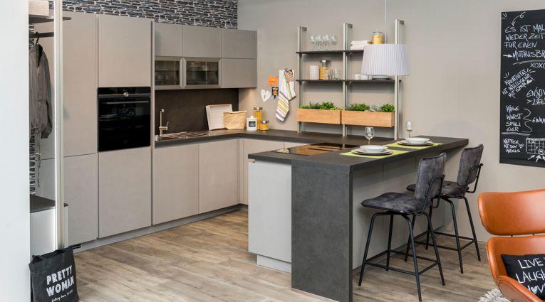 LI - Koje 41- Ausstellungsküche Nobilia mit Wohnprogramm Cemento