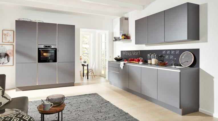 Gradlinige Küchenzeile von Interliving Serie 3017 mit Front in Quarzgrau Metallic