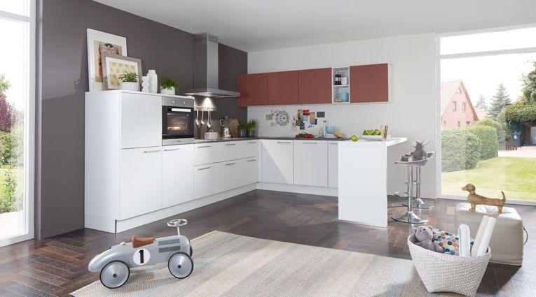 Familienfreundliche L-Küche Manhattan von Nolte Küchen mit Front in Uni Lacklaminat , Weiss und Hennarot