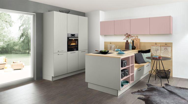 Wohnliche Inselküche Manhatten von Nolte Küchen mit Front in Uni, Plationgrau und Lavendel