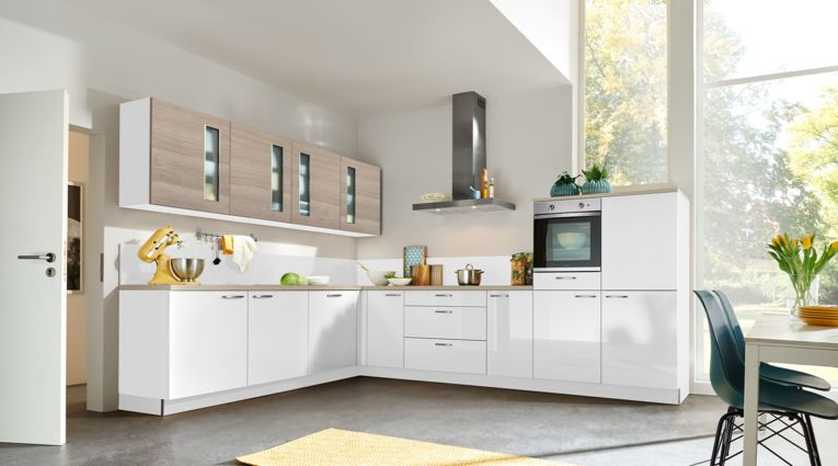 Helle L-Küche Lux von Nolte Küchen mit Front in Hochglanz, Arcticweiss